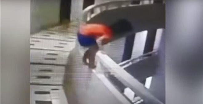 Απίστευτο! Πεντάχρονη υπνοβατεί και πέφτει από τον 11ο όροφο! (video) — ΣΚΑΪ (www.skai.gr)